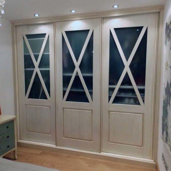 presentar sección de carpintería y ebanistería en página de carpinteros en Santiago de Compostela, puerta de armario empotrado de triple hoja con vidrio
