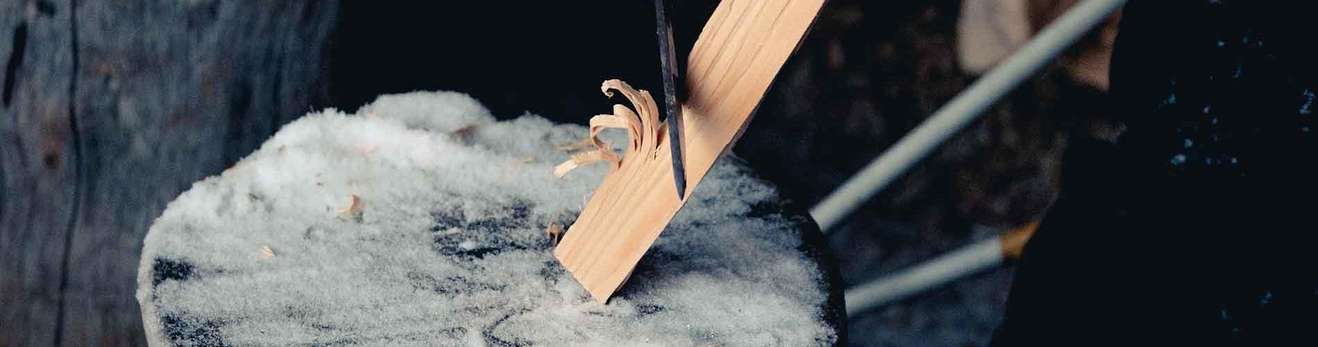 Foto de un carpintero puliendo una tabla sobre un cepo para decorar